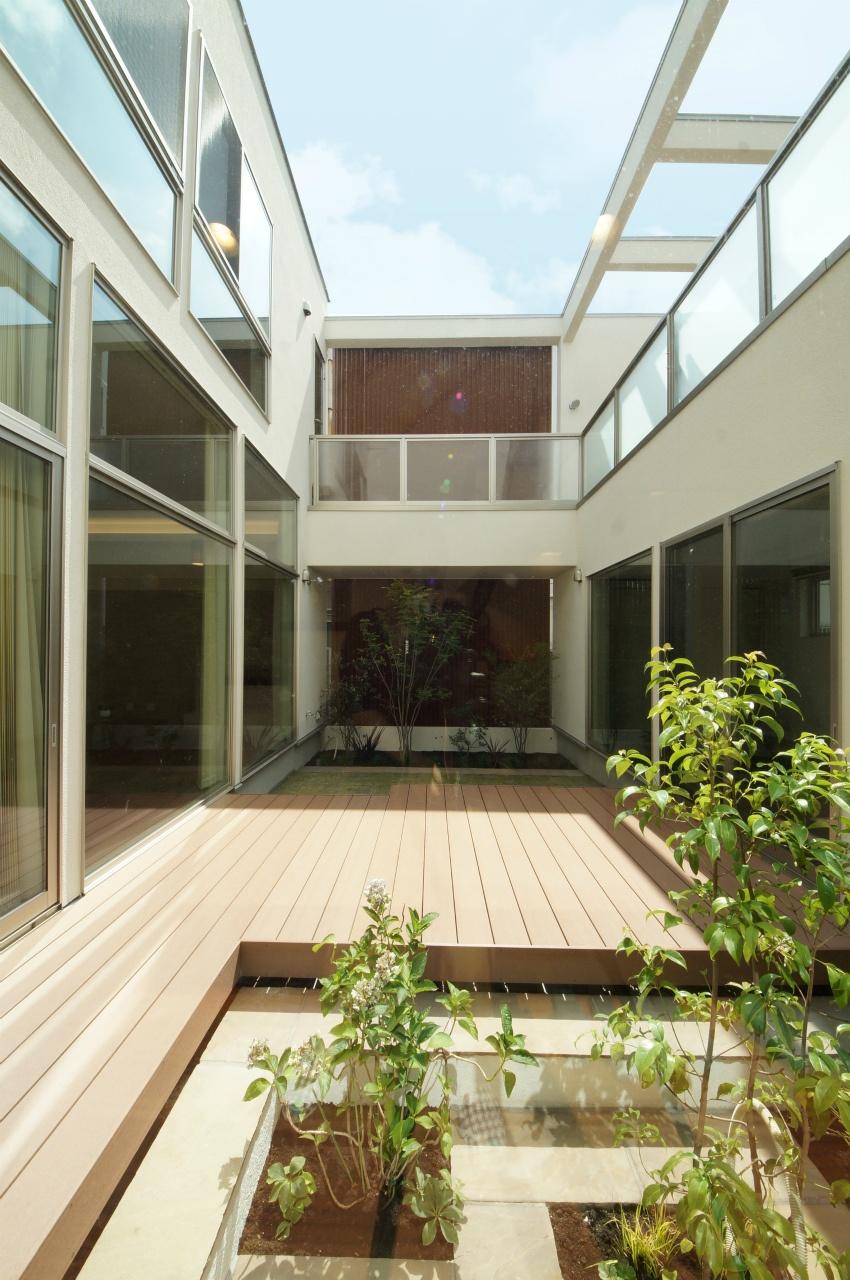 植栽のある中庭のウッドデッキ