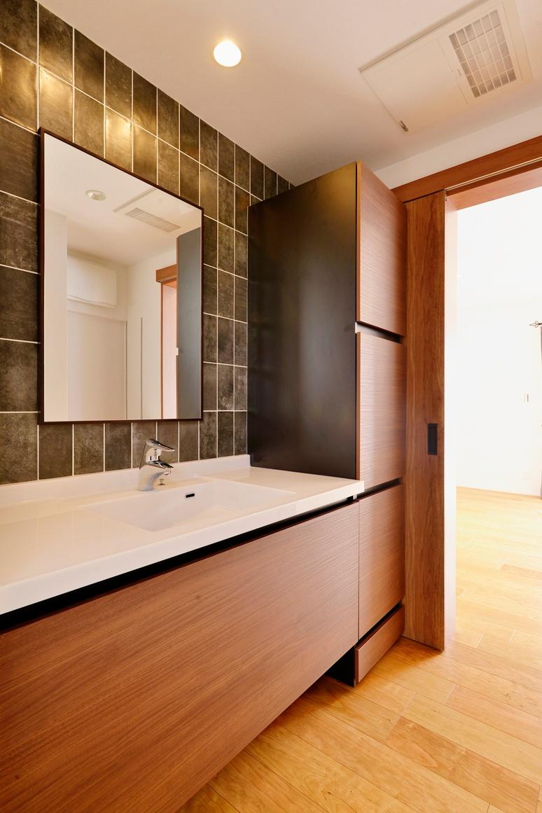 扉付き収納のあるおしゃれな洗面所