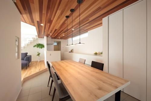 木材の平天井のあるダイニングルーム