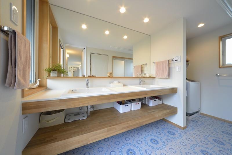 洗面下にオープンな収納のある洗面所