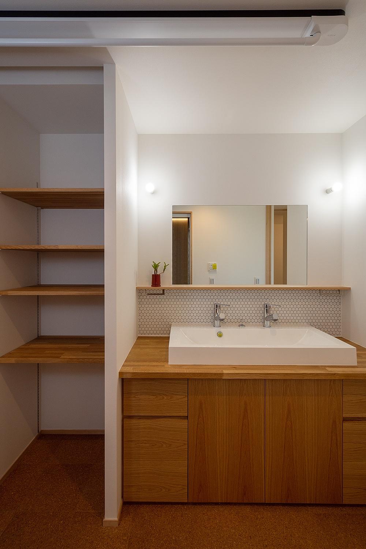 木製の棚の収納のある洗面所
