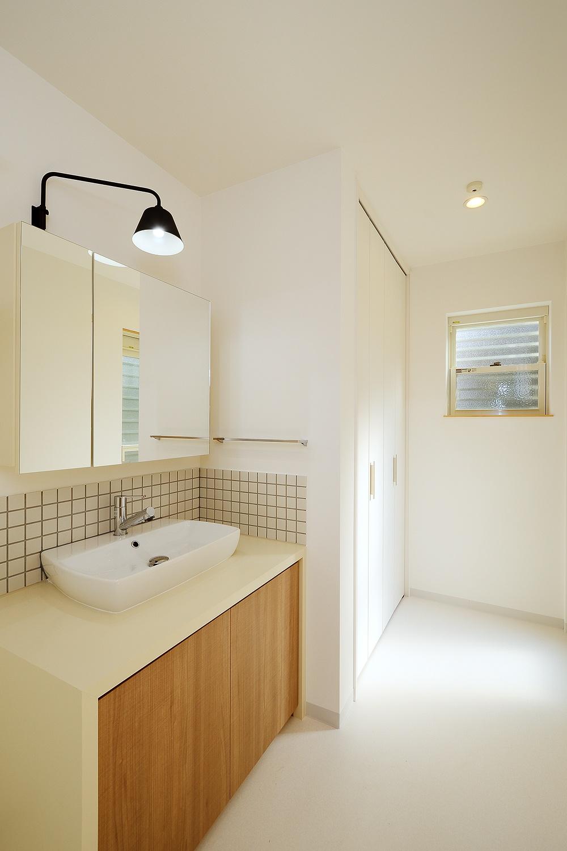 キャビネットの収納のある洗面所