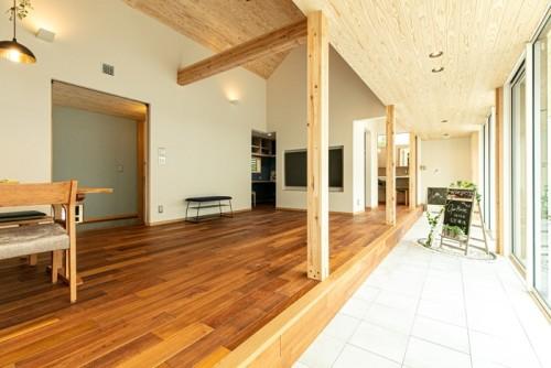 平天井と勾配天井の土間のある家
