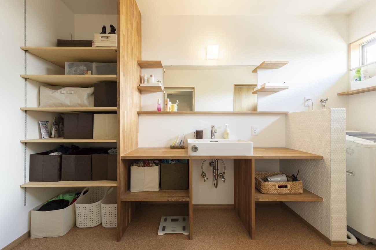 木製の棚の収納の充実た洗面所