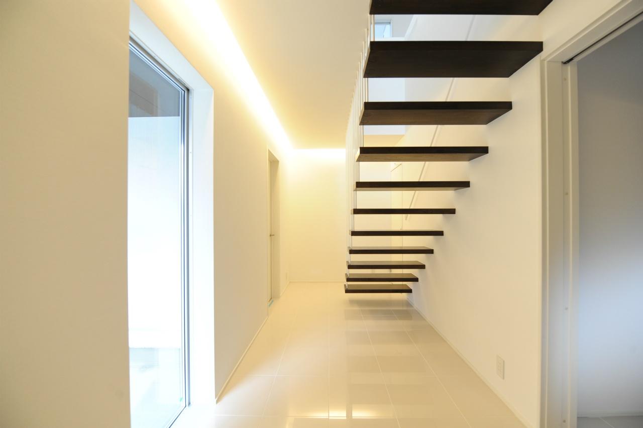 こちらは真っ白な空間に、黒い階段が印象的な玄関スペース