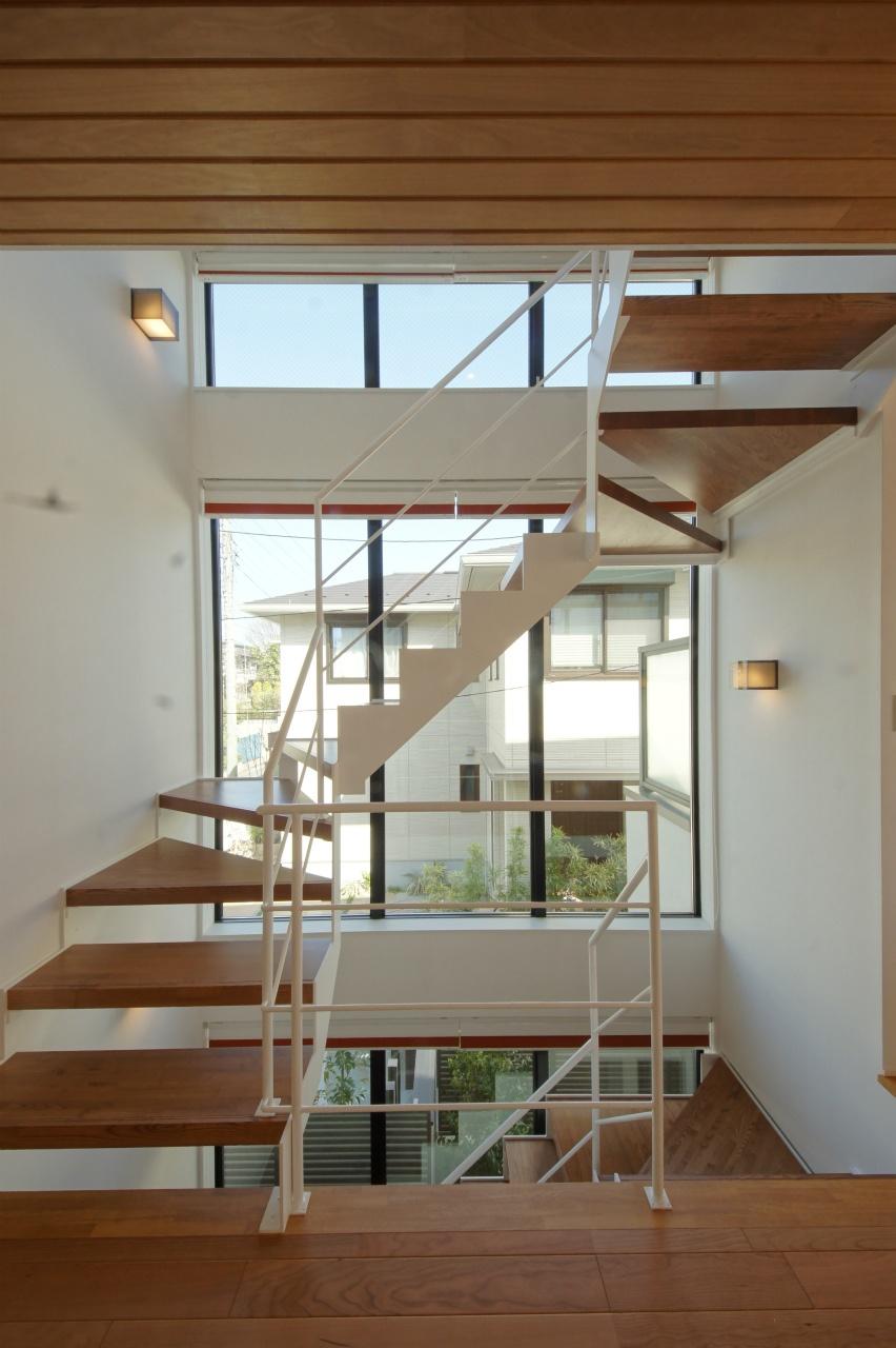 上り下りが楽しくなる、外の景色と一体化した階段