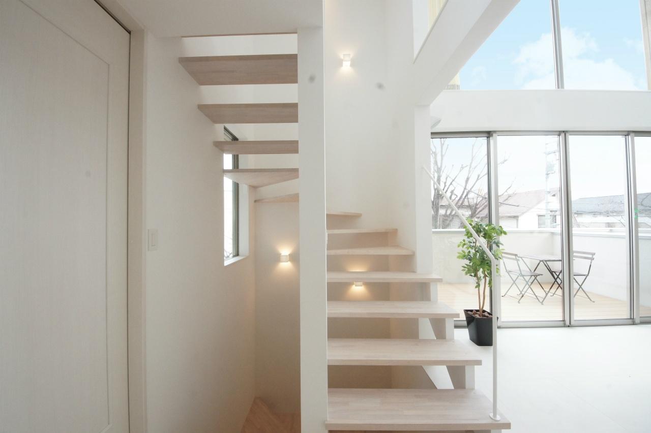 インテリアによく馴染む、シンプルモダンな階段