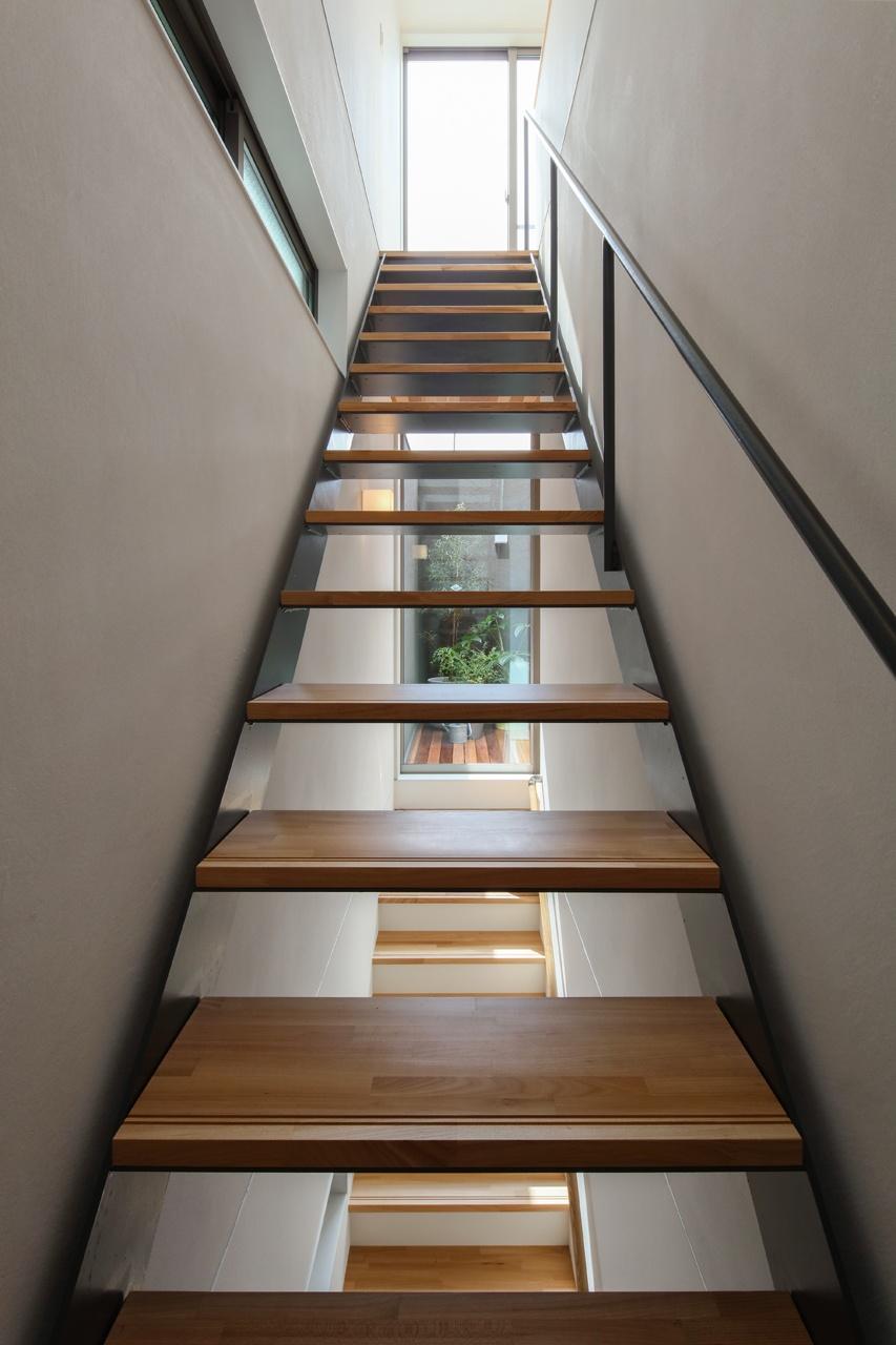 視線の先にはテラスのグリーンや空が眺められ、上り下りをするたびにワクワクするような階段空間