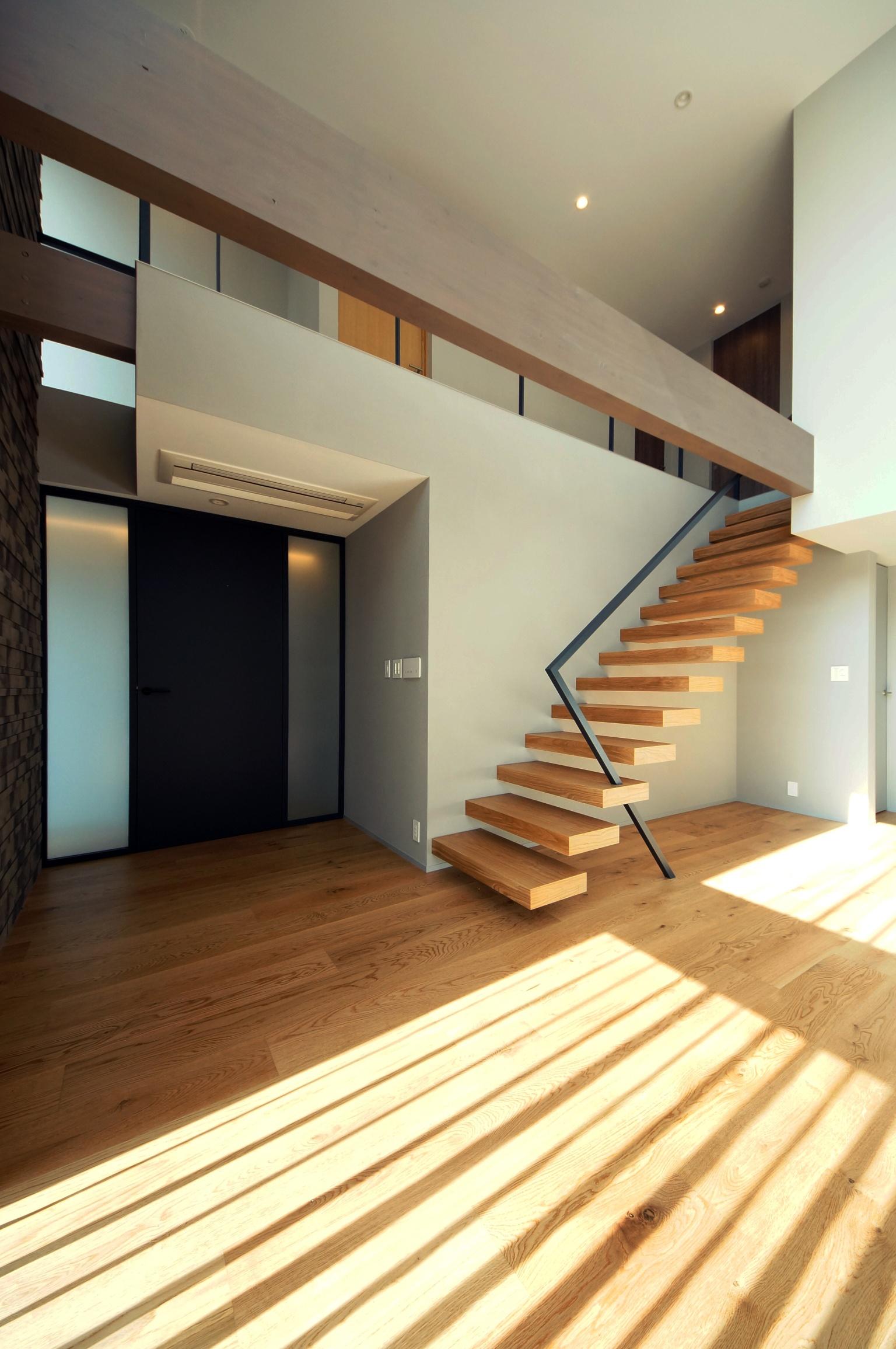 宙に浮かぶ階段で、上下階がシームレスにつながる