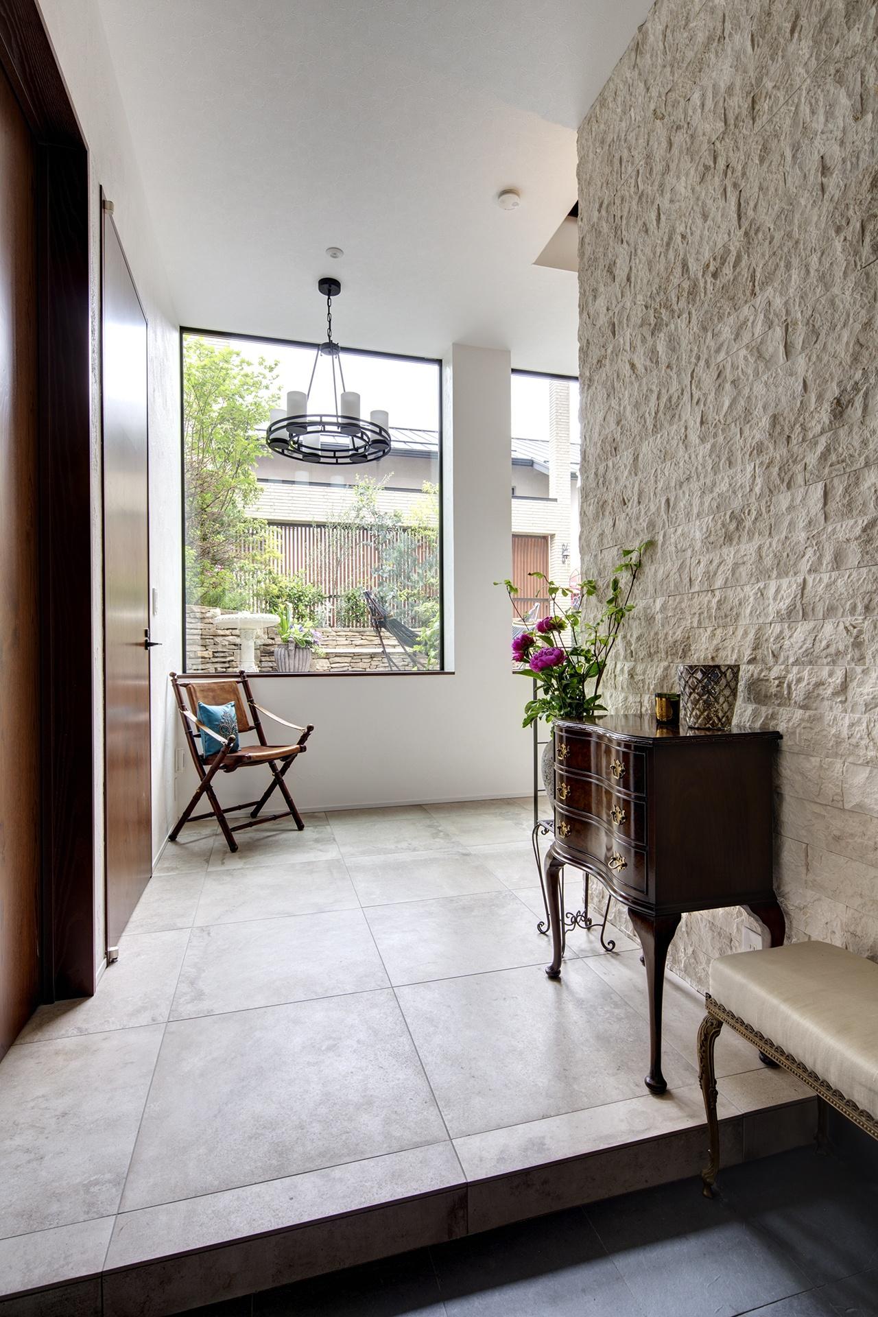 大きめのタイル床と、重厚感のある石張りの壁が上品な印象を与え、まるで外国のお宅に招かれたかのよう