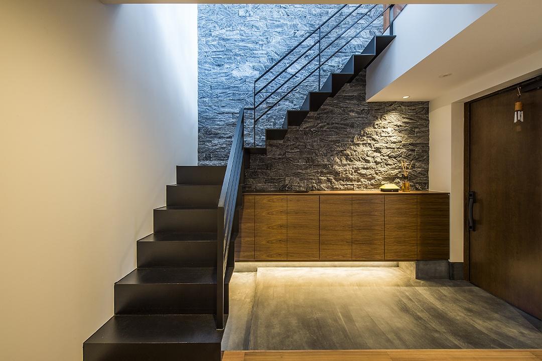 玄関の天井に取り付けたダウンライトは、壁の質感と収納の上にあるオブジェを美しく照らしてくれます。