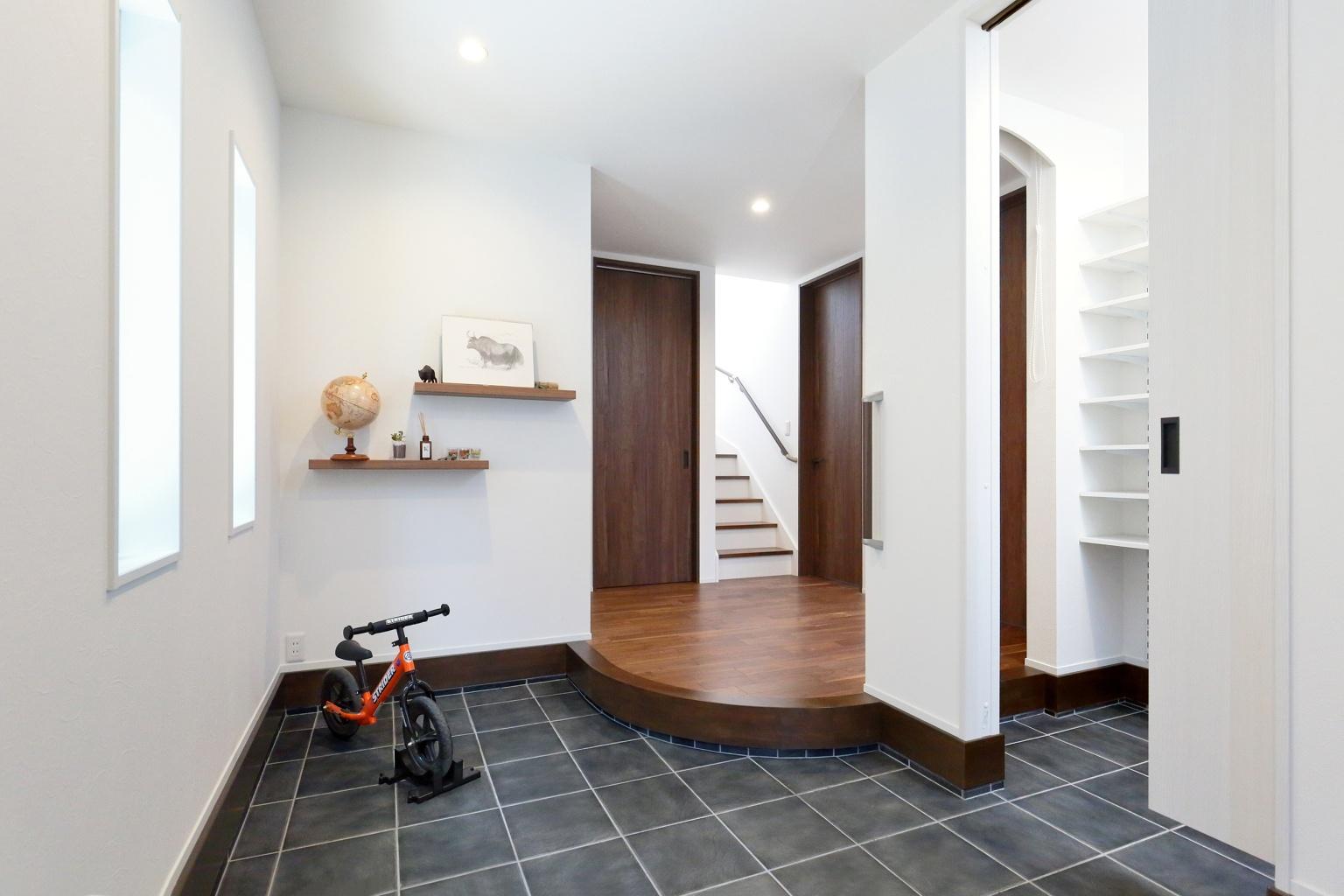 。クローク内からも室内にアクセスできる間取りにしたことで、家族用と来客用で玄関を分けて