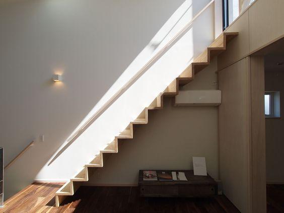 踏み板と蹴込み板のみのジグザグとしたフォルムが印象的な階段