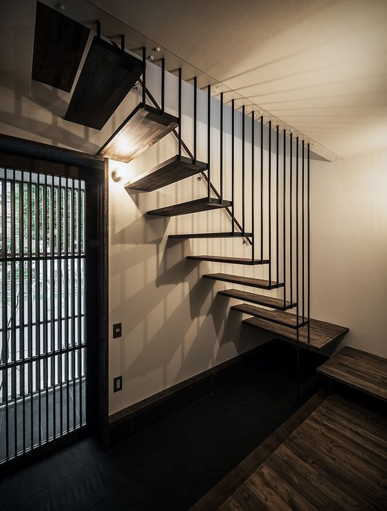 黒のシックな階段ですが、まるで天井から踏み板が吊られているような不思議なデザイン