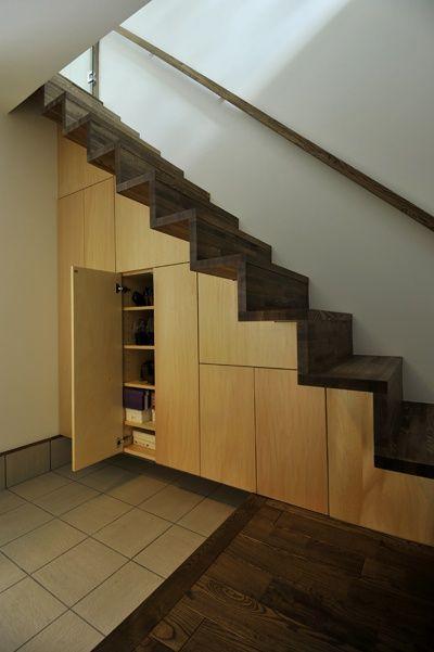 玄関のシューズクロークは、階段下を有効活用