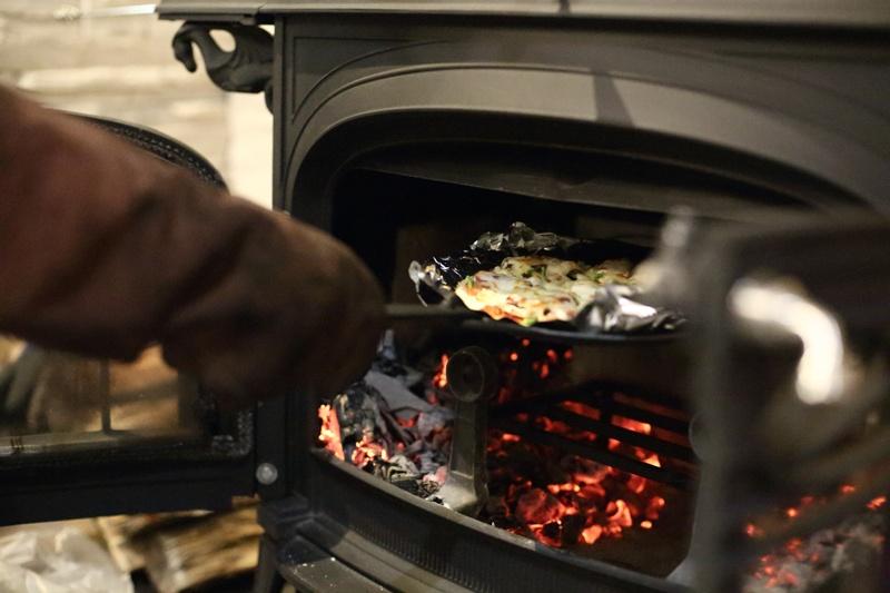 薪ストーブで煮込み料理やピッツアを楽しむ