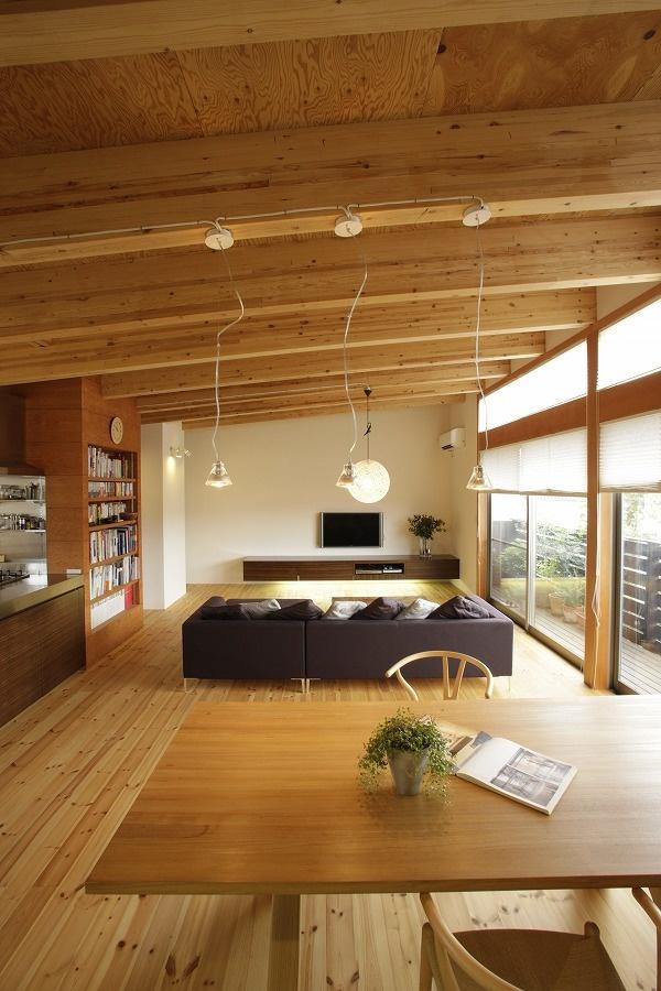 梁を活かした天井と照明が特徴的なリビングダイニング