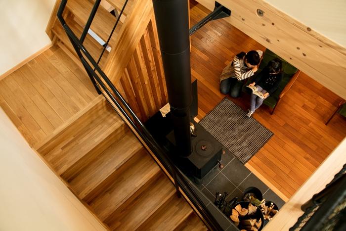 薪ストーブとフローリングのリビング階段