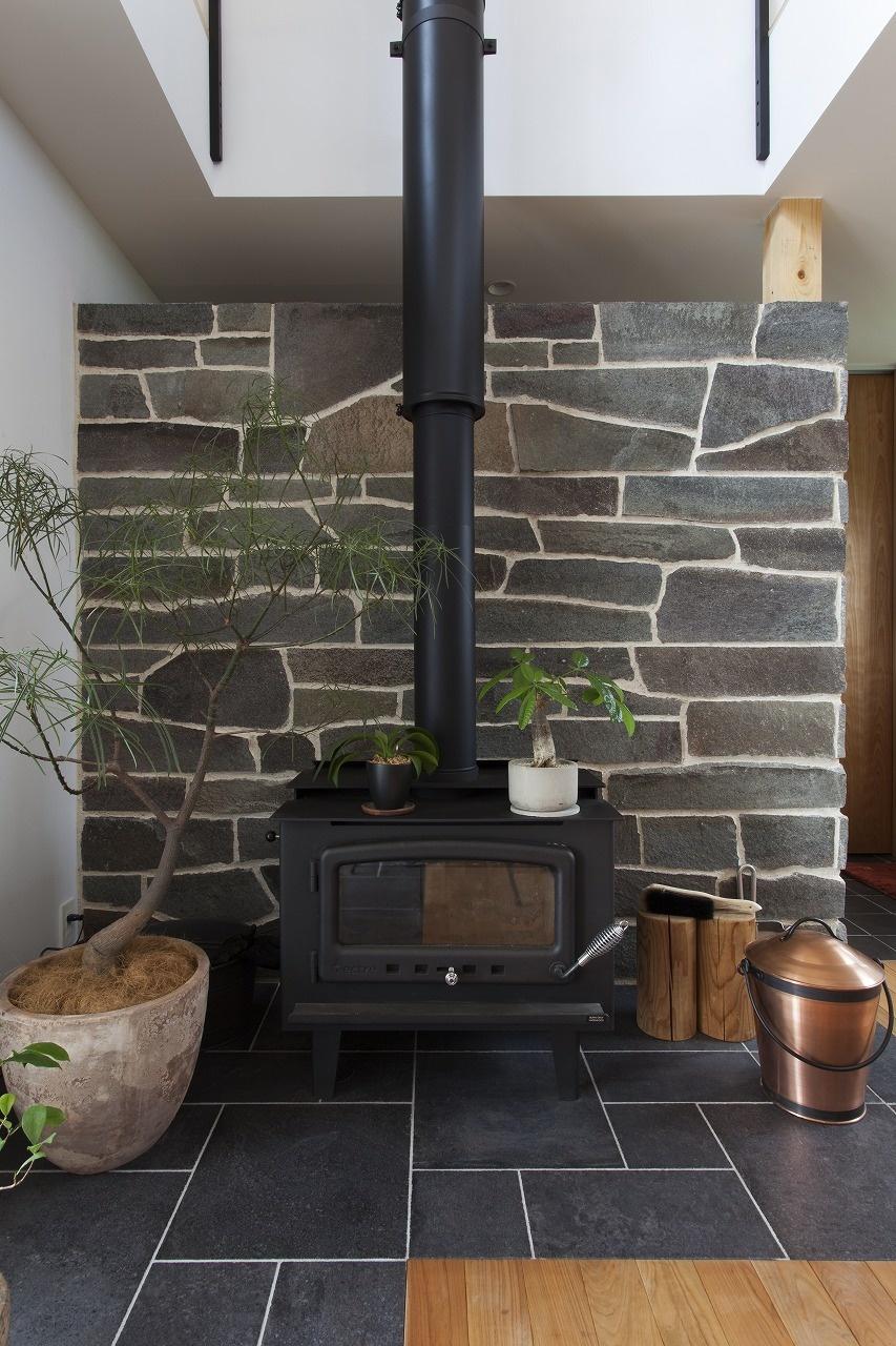 薪ストーブとタイルの床のリビング