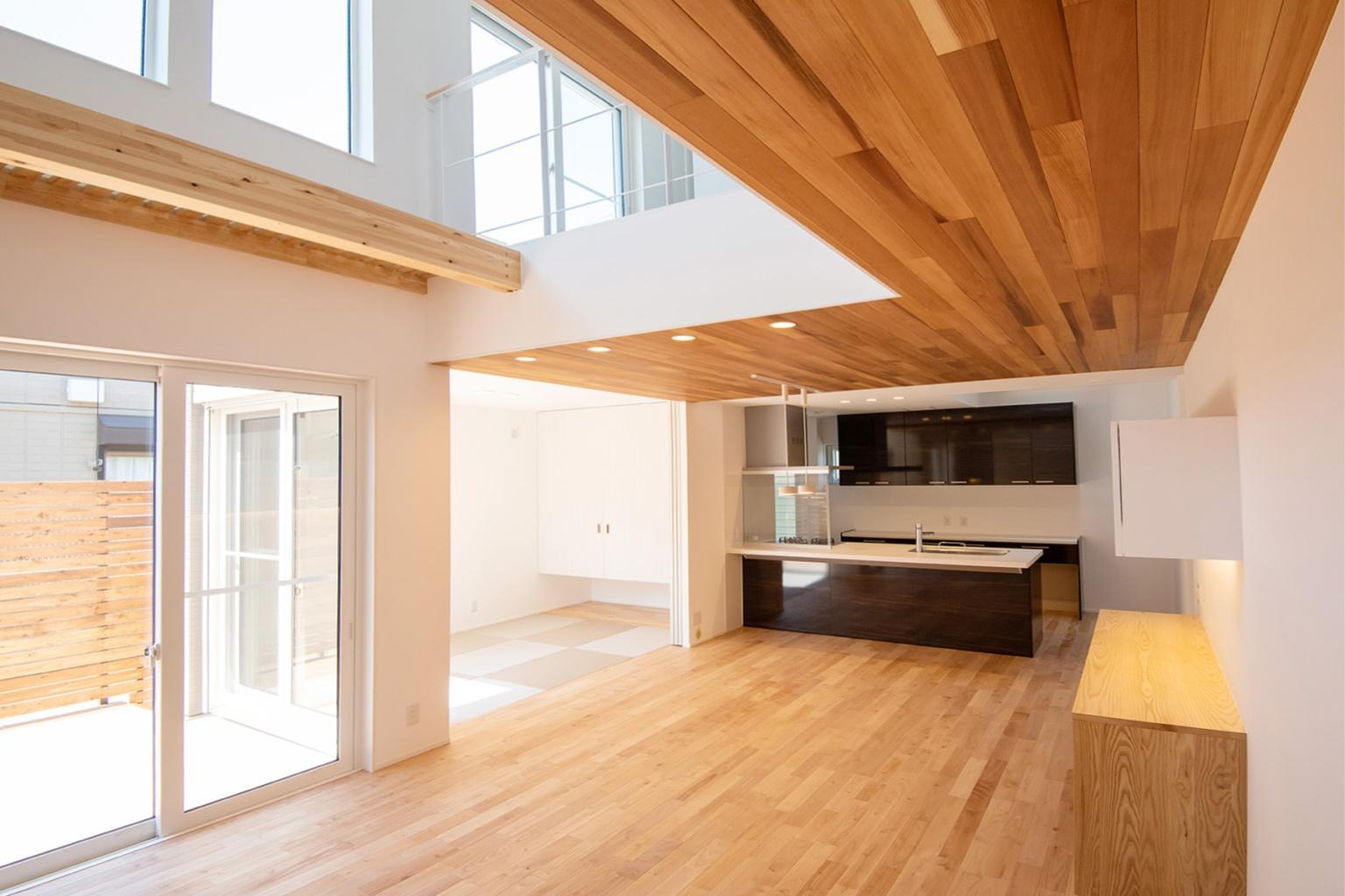 木目の美しい床と天井を持つ奥行きのあるLDK