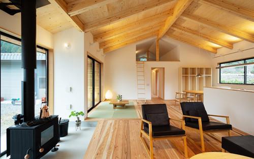 木の質感を楽しむ家