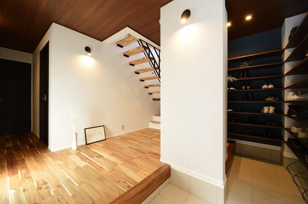 床と天井が木目のシューズクロークのあるエントランス