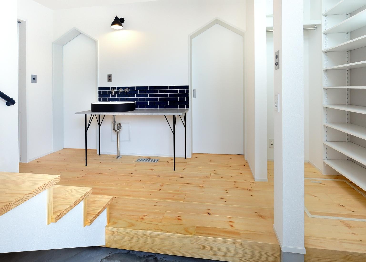 家具調の洗面台のある白木のエントランスホール