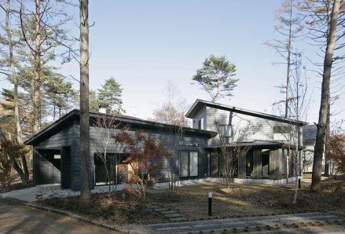 森林の中にある木造の別荘