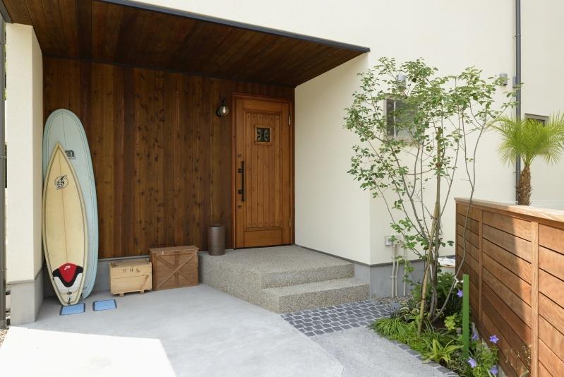木製のドアと白い壁の家