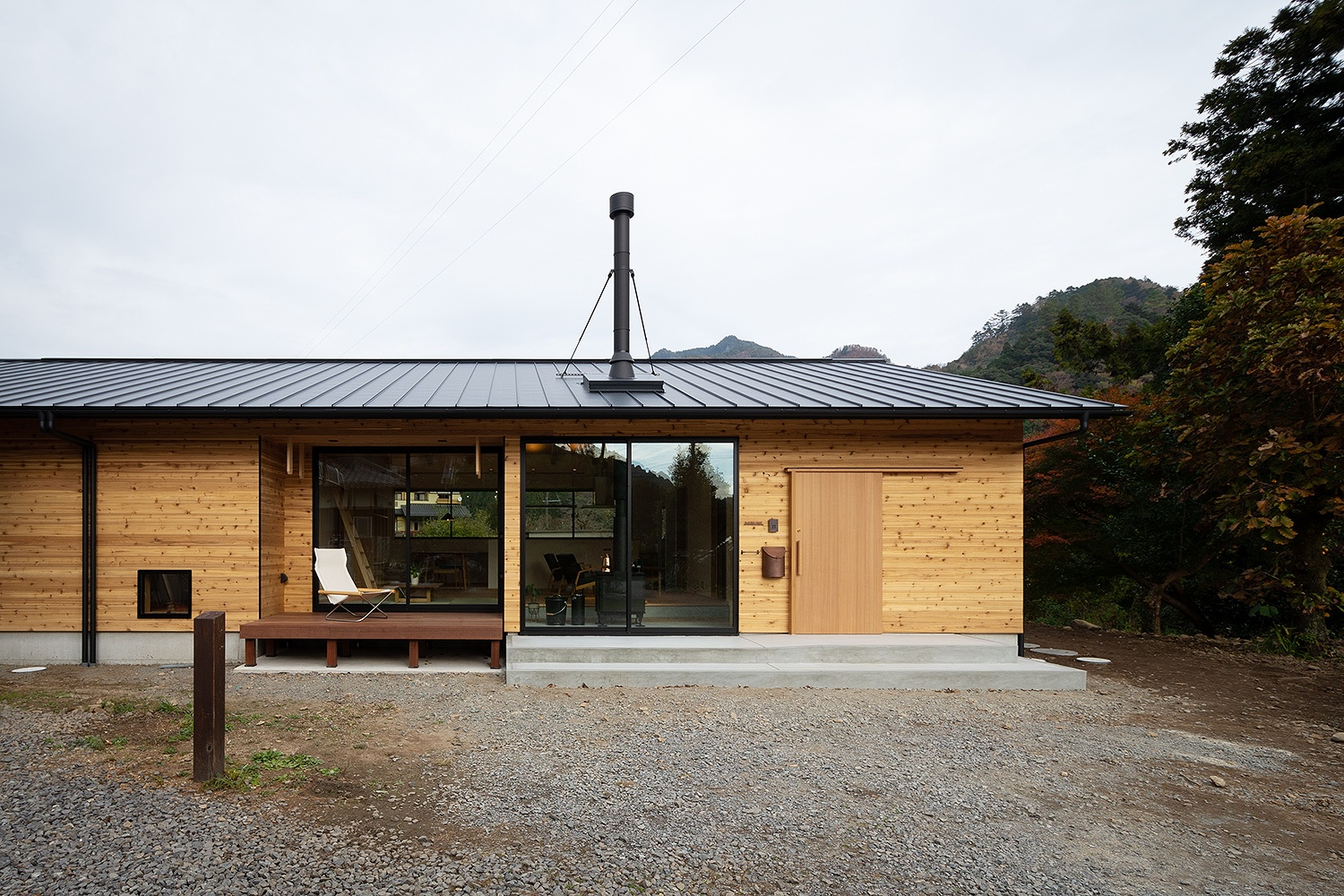 煙突のある木造の平屋の別荘