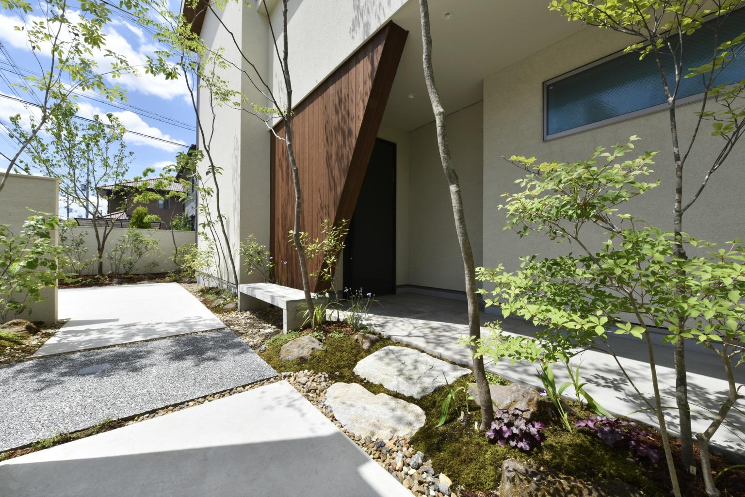 樹木の植えられた白い壁の家