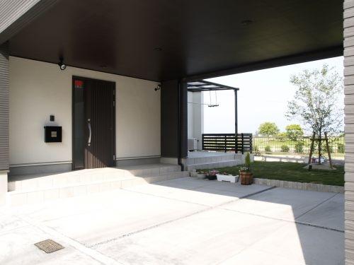 屋根のあるビルトインガレージと家のドア
