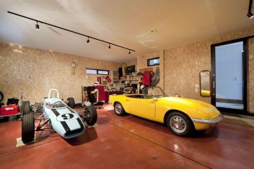 黄色い車と薄いブルーの車が停められたビルトインガレージ