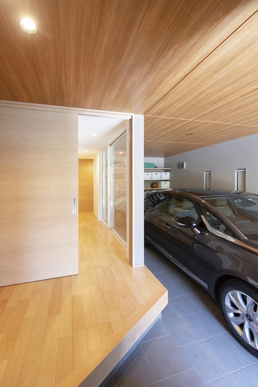 土間とビルトインガレージのある木製の玄関