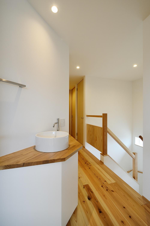 二世帯住宅の廊下にある洗面所