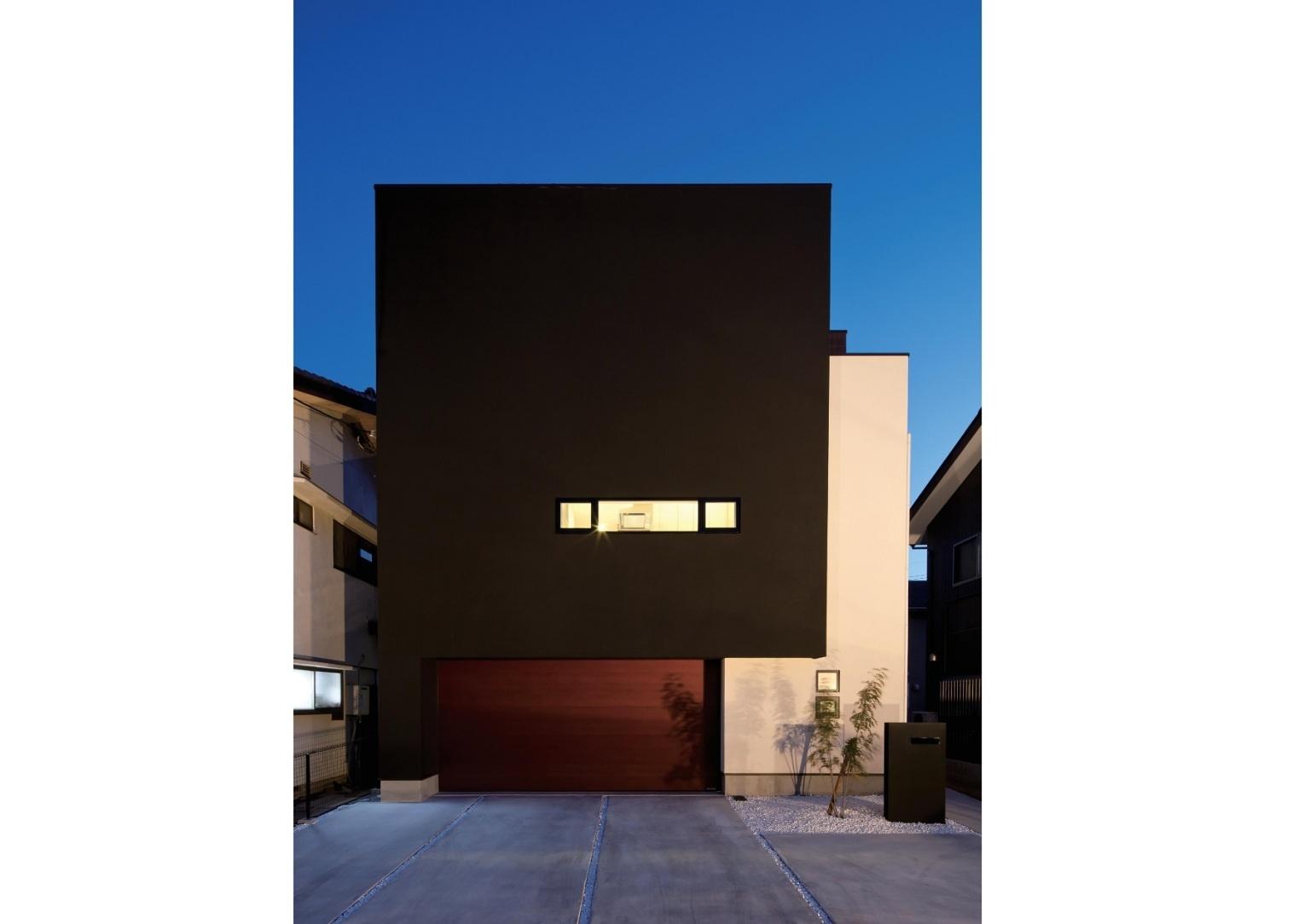 箱型の黒い外壁の外観を持つ住宅