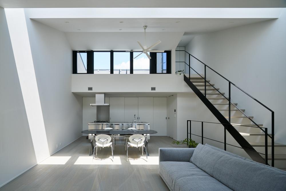 吹き部けとリビング階段のあるモダンな家