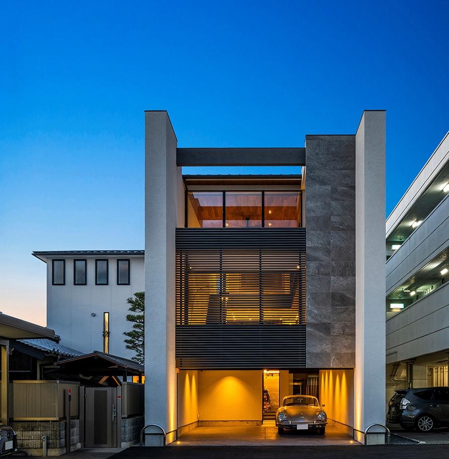 ガレージのあるおしゃれな外観のモダンな家