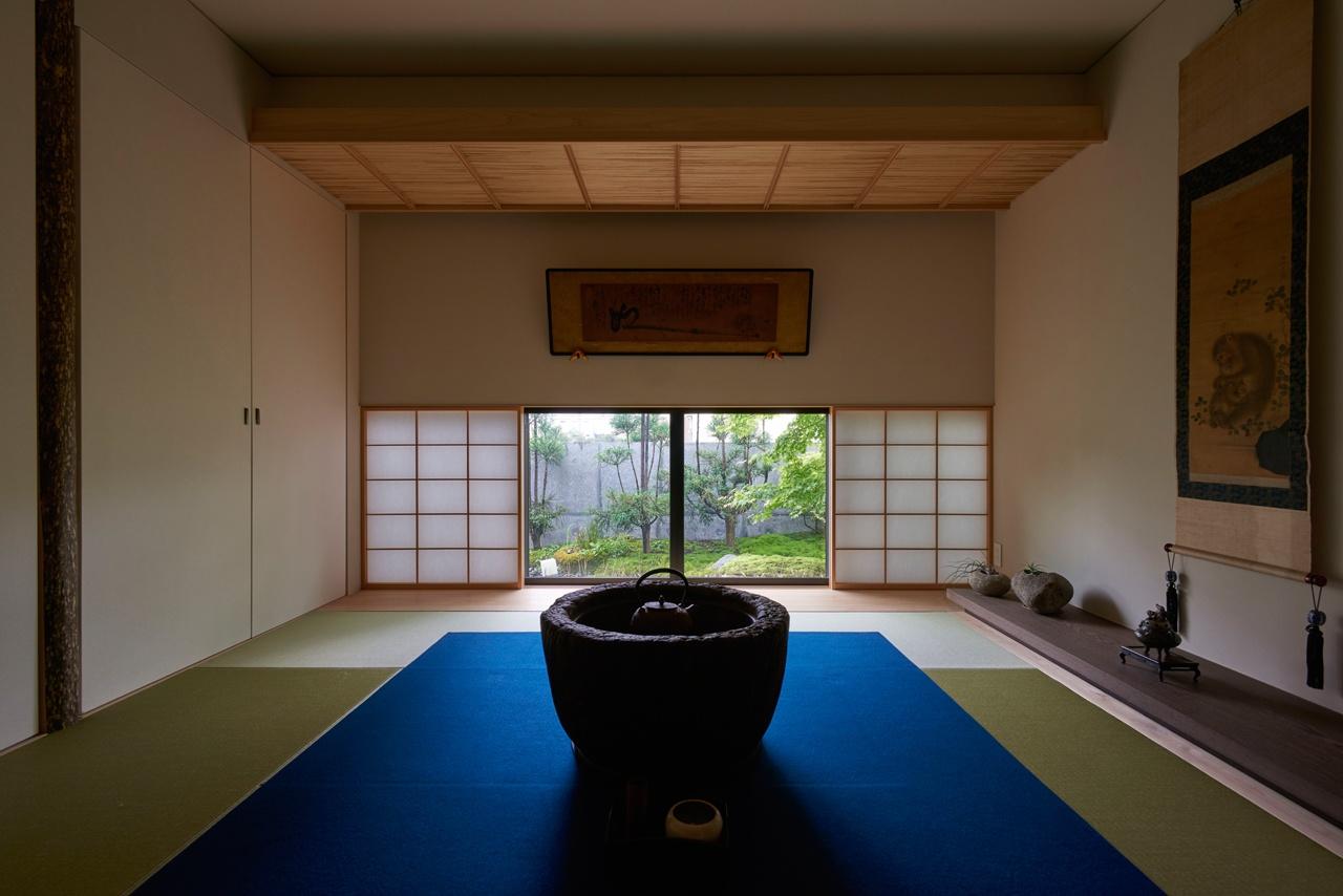 床の間、掛け軸、地窓開口のある和モダンな家