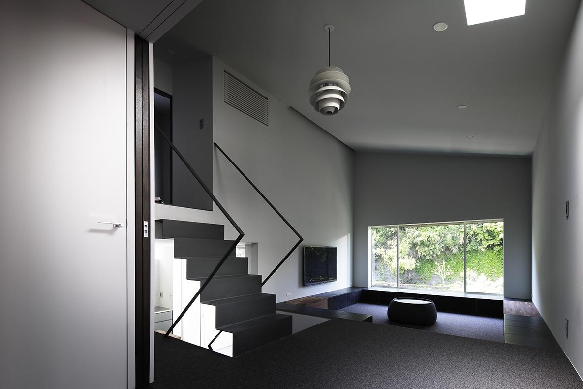 シンプルな階段と大開口のあるモダンな家