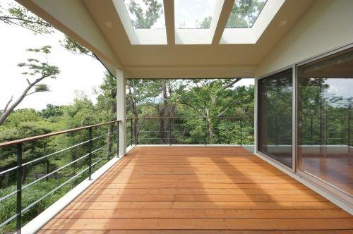 屋根とウッドデッキのおしゃれなバルコニー