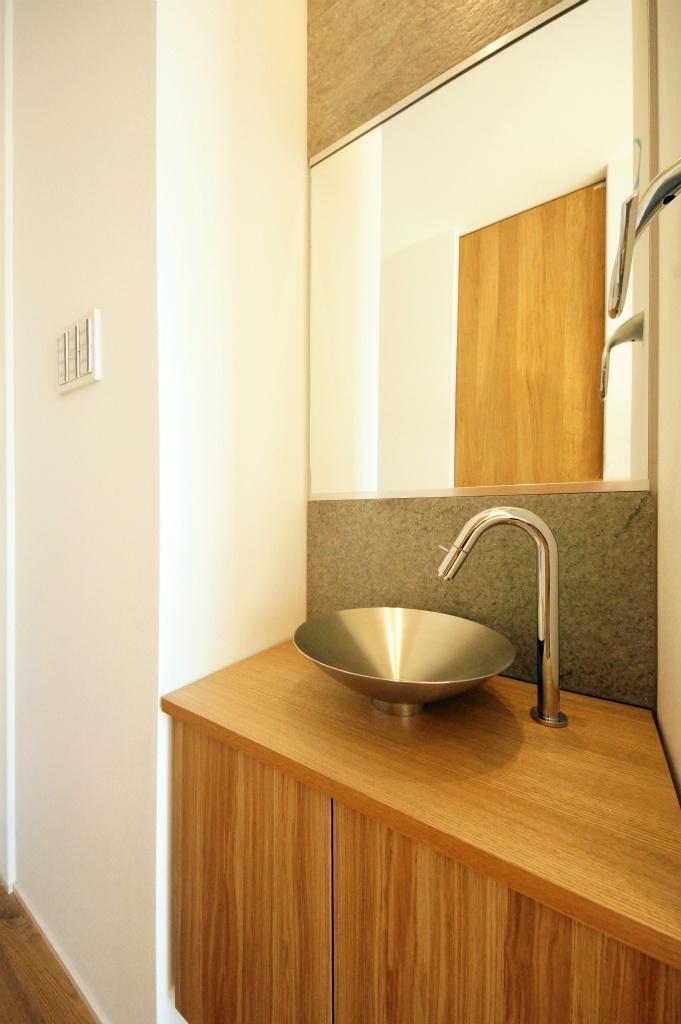 玄関にある木質の洗面所