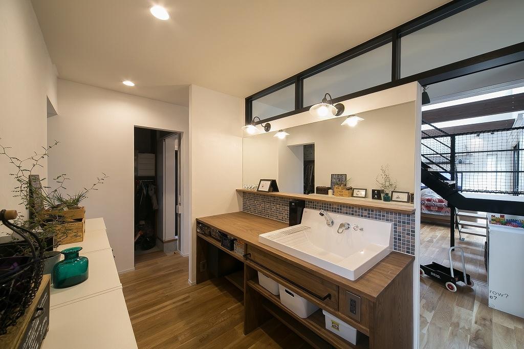 玄関からリビングルームの間にある洗面所