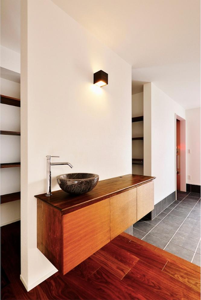 シューズクロークと土間玄関にある洗面所