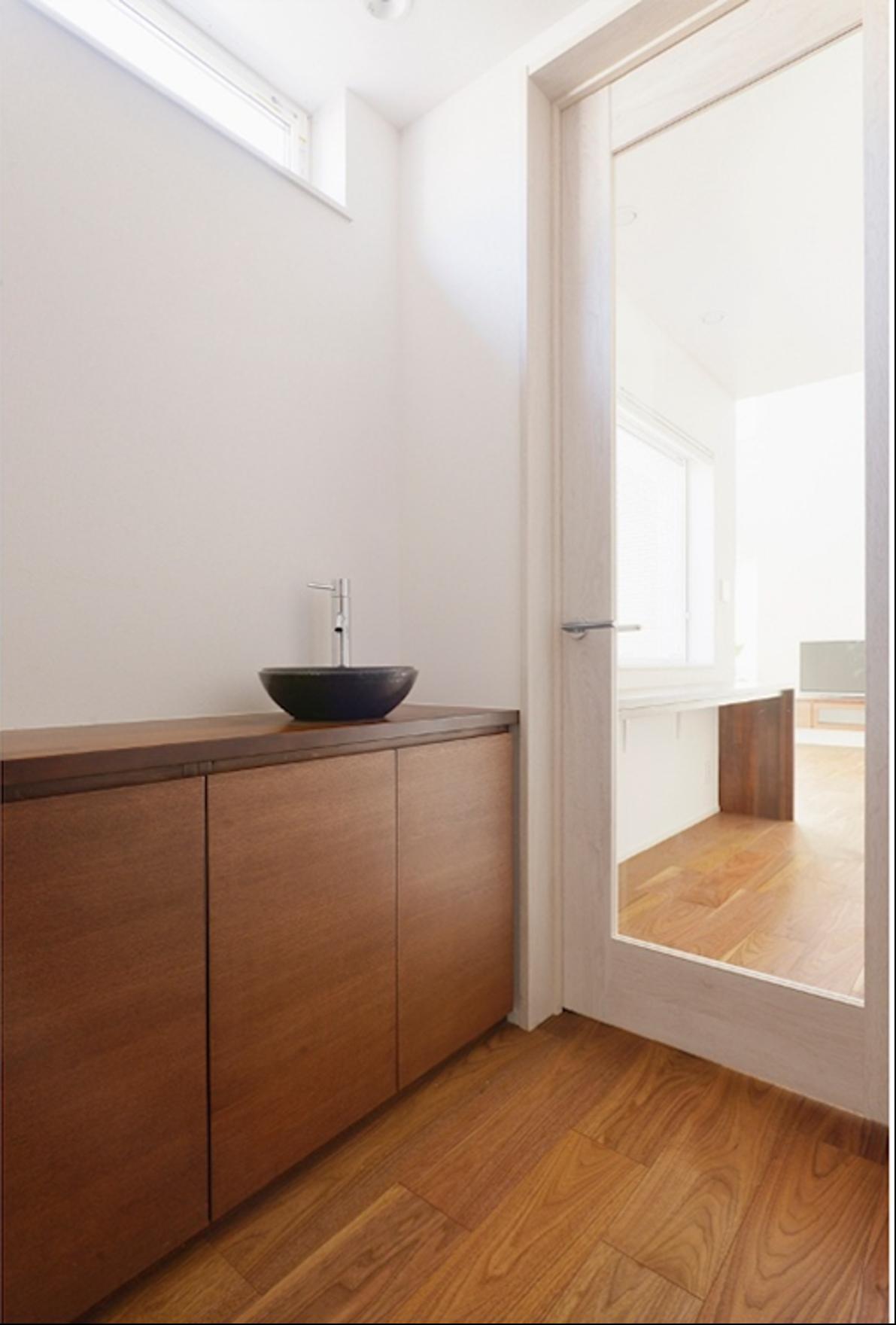 玄関にあるフローリングと木製の洗面所