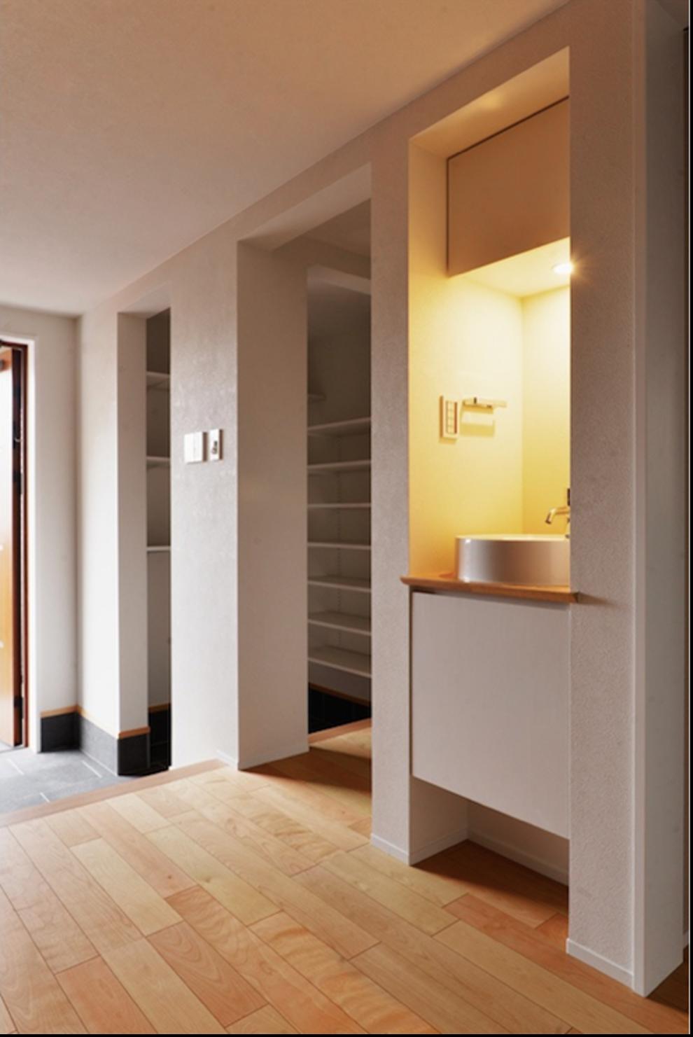 玄関のフローリングにある洗面所