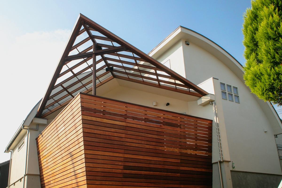 屋根のある木質のおしゃれなバルコニー