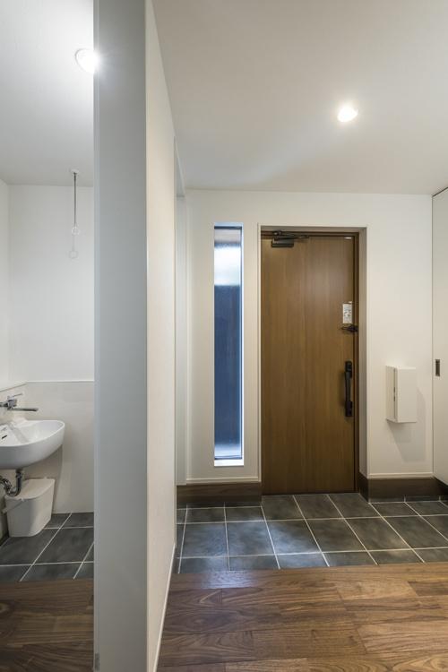 土間玄関の横のシューズクロークにある洗面所