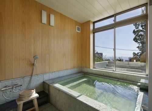 庭の見えるホテルライクな浴室