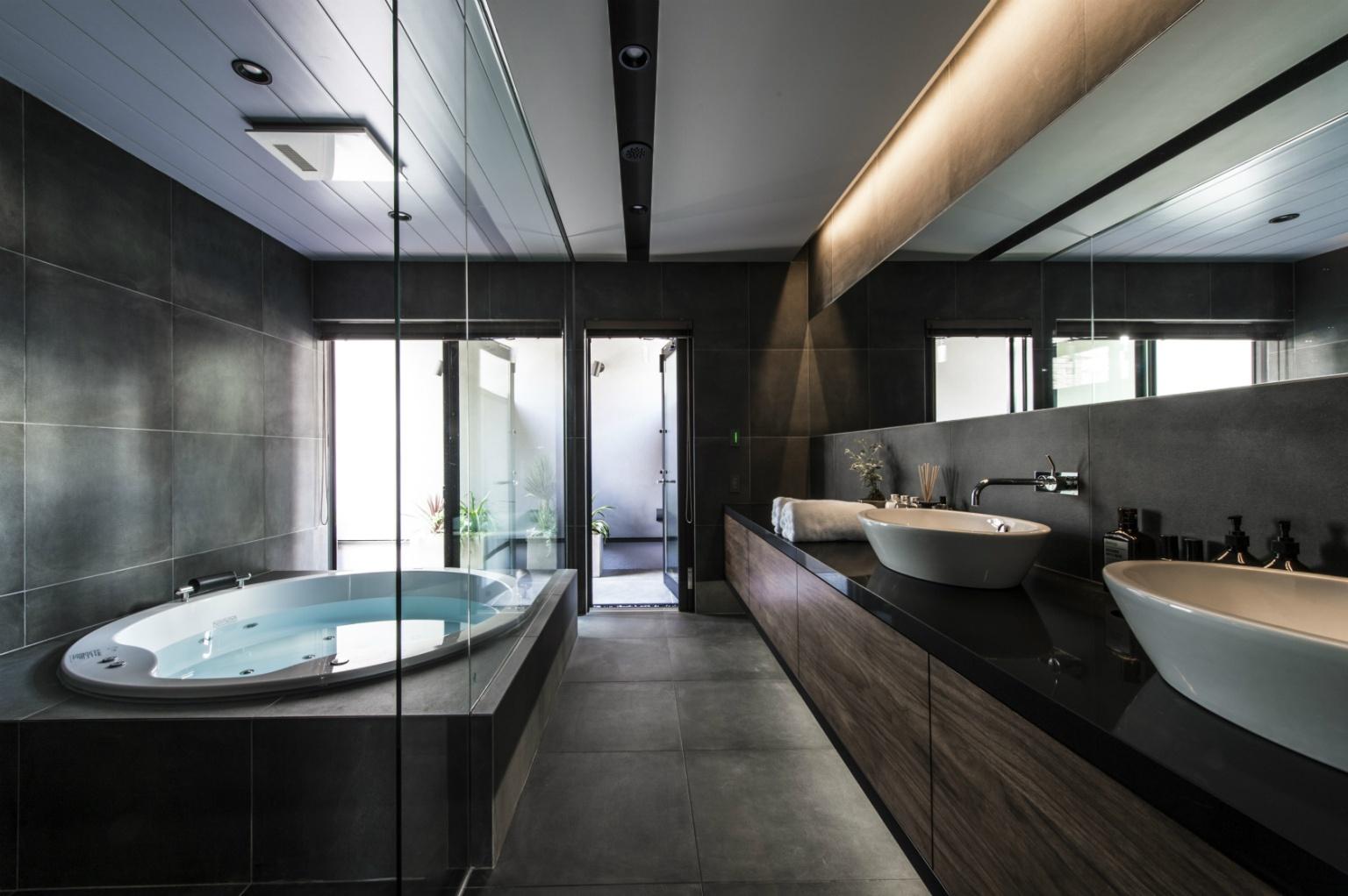 テラスと繋がるホテルライクなバスルーム